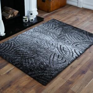 Originálny sivý koberec do spálne