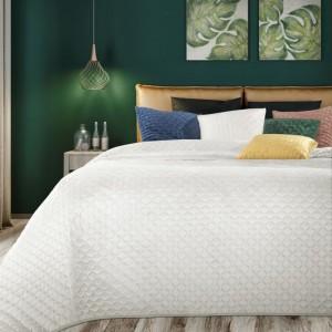 Jemný biely prešívaný prehoz na posteľ