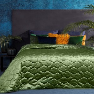 Zelený prehoz na posteľ z lesklej látky