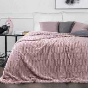 Mäkký ružový prehoz na posteľ