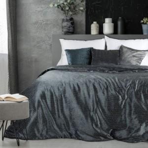 Tmavo sivý prehoz na manželskú posteľ z lesklej látky