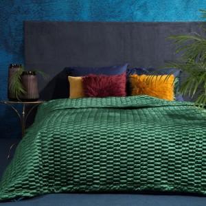 Originálny zelený prehoz na posteľ s moderným prešívaním