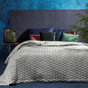 Kvalitný prehoz na posteľ v svetlo sivej farbe