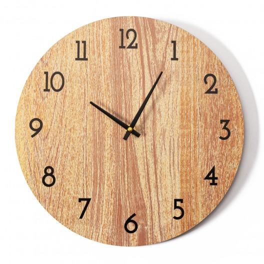 Klasické drevené nástenné hodiny do spálne