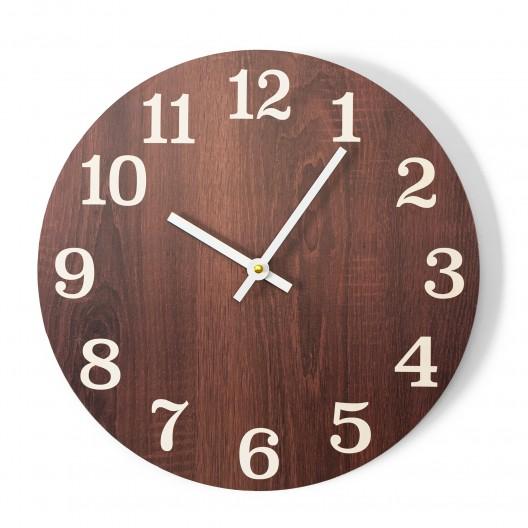 Elegantné nástenné hodiny hnedej farby