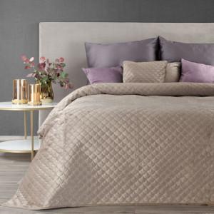 Béžový prehoz na posteľ s elegantným prešívaním