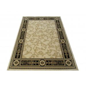 Béžový koberec s ornamentom