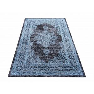 Vzorovaný koberec modrej farby