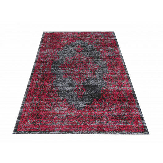 Červený koberec so vzorom