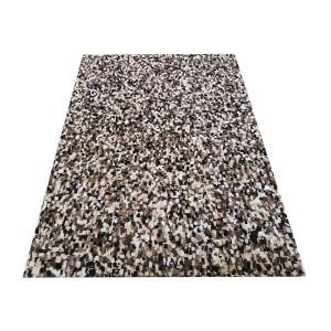 Moderný vzorovaný koberec hnedej farby
