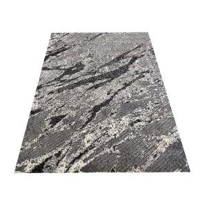 Sivý koberec s kamuflážnym vzorom