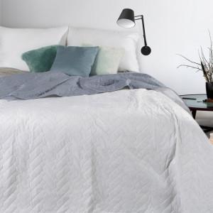 Sivý obojstranný prehoz na posteľ s jemnou štruktúrou