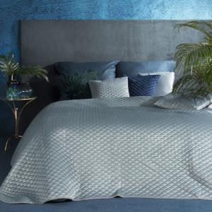 Prešívaný velúrový prehoz na posteľ svetlo modrej farby