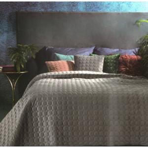 Prešívaný zamatový prehoz na posteľ sivej farby