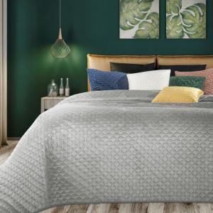 Originálny zamatový prehoz na posteľ striebornej farby