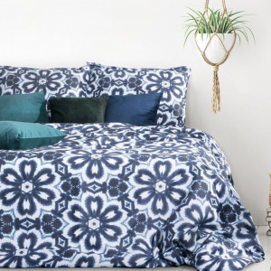 Kvetinové saténové posteľné obliečky modrej farby