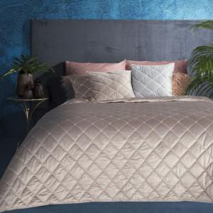 Príjemne mäkký zamatový prehoz na posteľ béžovej farby