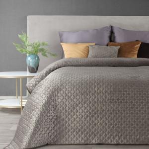 Elegantný zamatový prehoz na posteľ béžovej farby