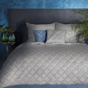 Jednofarebný prešívaný prehoz na posteľ sivej farby