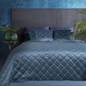 Prešívaný zamatový prehoz na posteľ modrej farby