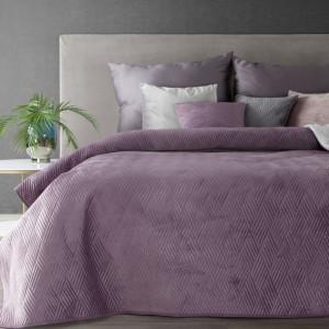 Fialový prehoz na posteľ s vyrazeným vzorom