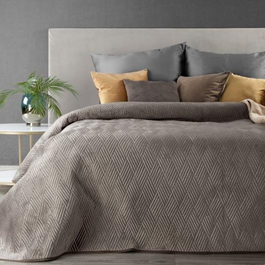 Svetlohnedý prehoz na posteľ s vyrazeným motívom