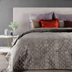 Béžový zamatový prehoz na posteľ s dekoračným prešívaním