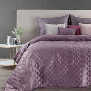 Fialový zamatový prehoz na posteľ s ozdobným prešívaním
