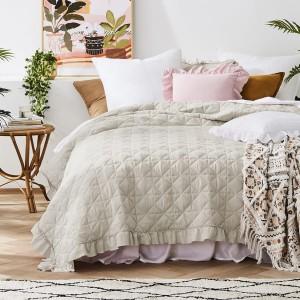 Moderný béžový prehoz na posteľ s prešívaním 220 x 240 cm