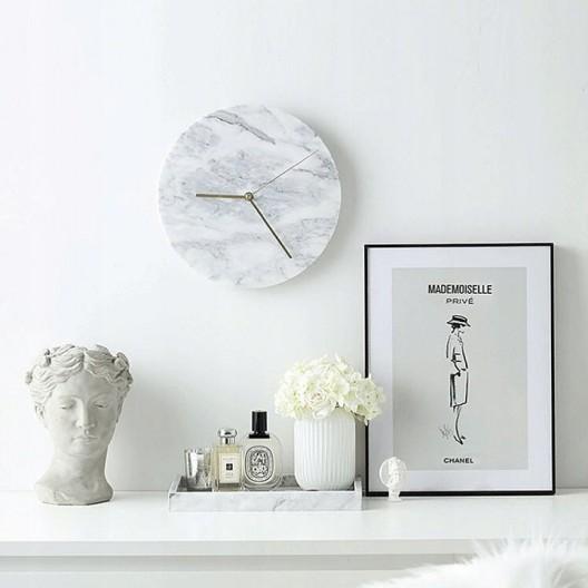 Moderné mramorové hodiny na stenu v bielej farbe