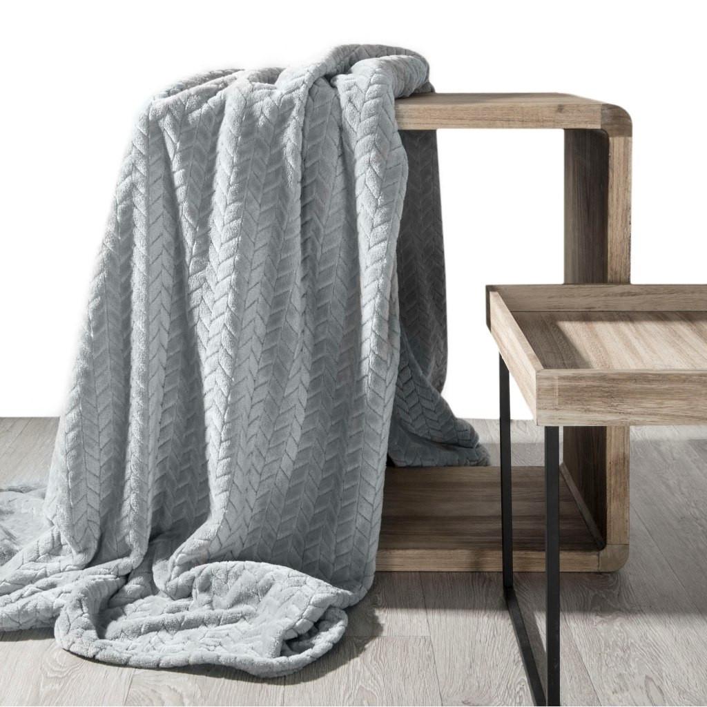 Jednofarebná jemná deka sivej farby s módnym reliéfnym vzorom Šírka: 70 cm | Dĺžka: 160 cm
