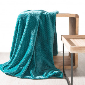 Tyrkysová hrejivá deka s geometrickým motívom