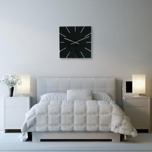 Elegantné hranaté hodiny čiernej farby