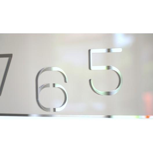Štýlové hranaté hodiny bielej farby