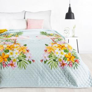 Krásny biely prešívaný prehoz na posteľ s motívom kvetov a plameniakov