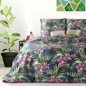 Tmavomodré posteľné obliečky s motívom ružových kvetov