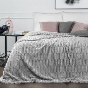 Mäkký sivý prehoz na posteľ s kožušinovou štruktúrou s 3D efektom