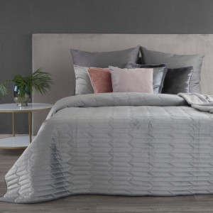 Svetlý elegantný zamatový prehoz na manželskú posteľ