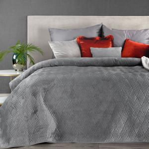 Jednofarebný lesklý sivý prehoz na posteľ