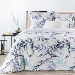 Biele posteľné obliečky s motívom listov v odtieňoh modrej
