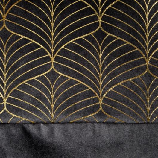 Čierný záves do spálne hore zdobený zlatým motívom