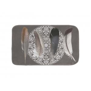 Krásny sivý kúpeľńový koberček s motívom pierok 45 x 75 cm
