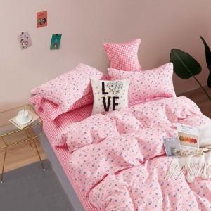 Krásne rúžové posteľné obliečky s kvetovaným motívom