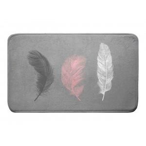 Krásny sivý kúpeľňový koberček s decentným motívom pierok 45 x 75 cm
