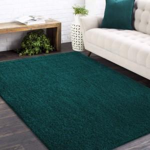Štýlový koberec v tmavozelenej farbe