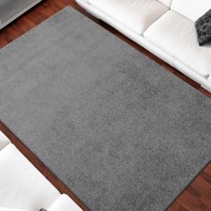Jednofarebný koberec sivej farby