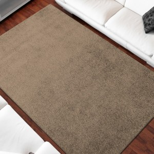 Jednofarebný koberec béžovej farby