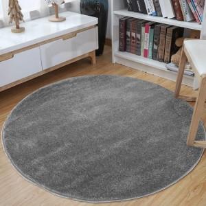 Okrúhly koberec sivej farby
