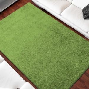Jednofarebný koberec zelenej farby