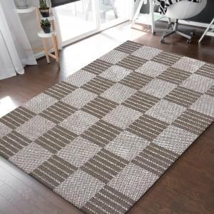 Obojstranný koberec hnedej farby s kockami